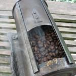 Mit der handbetriebenenen Trommel-Röstmaschine frisch gerösteter Kaffee